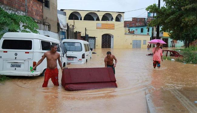 Vizinhos se unem na tentativa de salvar móveis e outros bens - Foto: Joá Souza | Ag. A TARDE