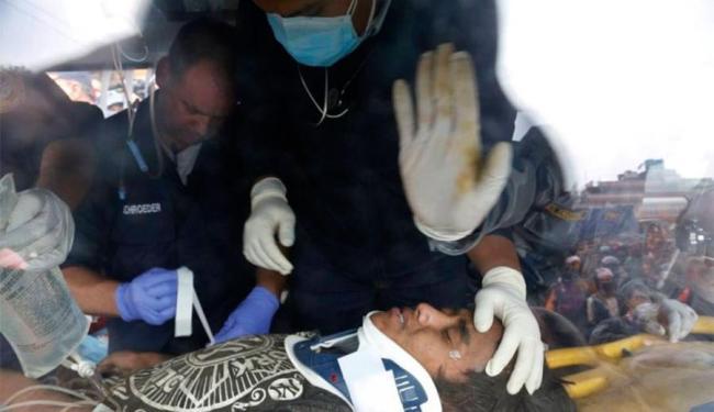 Menino estava em escombro de prédio - Foto: Agência AP