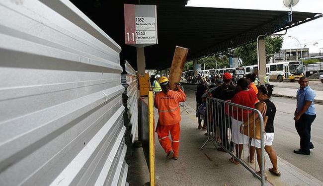 Passageiros e operários dividem espaço no terminal desde o início da obra, em março - Foto: Raul Spinassé | Ag. A TARDE
