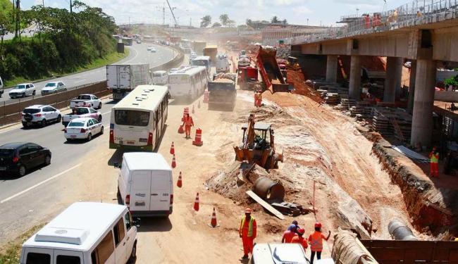 Faixa da direita da pista, sentido Feira de Santana, segue interditada - Foto: Edilson Lima | Ag. A TARDE