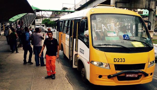 Na avenida Bonocô (sentido Iguatemi), passageiros utilizam serviços de micro-ônibus - Foto: Luciano da Matta | Ag. A TARDE