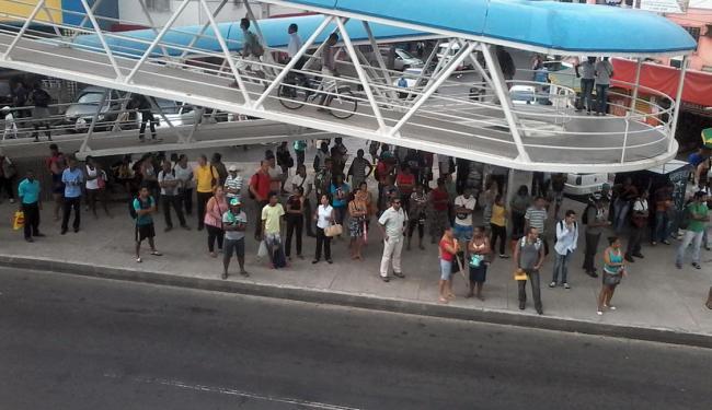 Passageiros lotam ponto de ônibus da Madeireira Brotas por volta das 8h20 - Foto: Edilson LIma | Ag. A TARDE