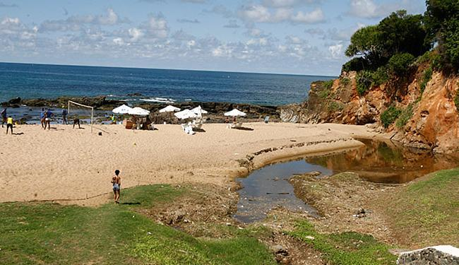 Na praia da Paciência, Rio Vermelho, esgoto próximo a estrutura para banhistas - Foto: Luciano da Matta l Ag. A TARDE