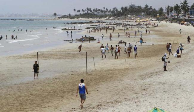 A praia em frente à sereia de Itapuã, ponto turístico da cidade, é considerada imprópria pelo Inema - Foto: Eduardo Martins | Ag. A TARDE