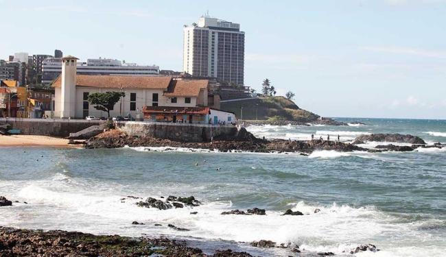 Praia do Rio Vermelho, em frente à igreja de N. Sra. Santana, deve ser evitada por banhista - Foto: Edilson Lima | Ag. A TARDE