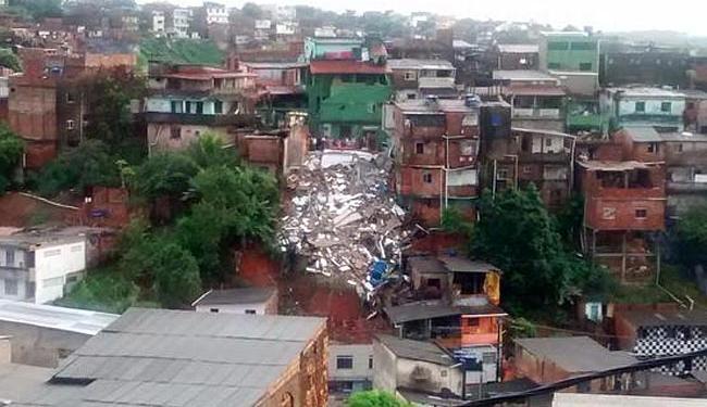 O prédio de cinco andares desabou na madrugada desta terça - Foto: Foto do leitor   @cellocos   Twitter