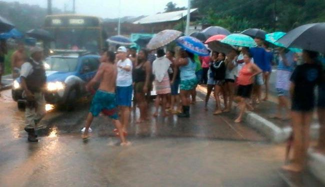 Moradores da comunidade São Bartolomeu protestam por melhorias no bairro - Foto: Ag. A TARDE
