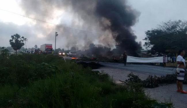 Moradores deixam trânsito totalmente parado durante manifestação que começou às 6h50 - Foto: Carlos José | Site Voz da Bahia