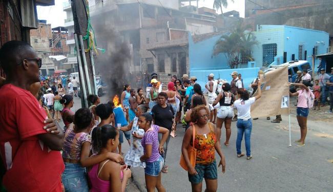 Moradores queimaram pneus e bloquearam a via para reivindicar transferência de jovem - Foto: Foto do leitor   Cidadão Repórter