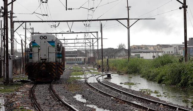 Trens foram impedidos de sair após raio atingir rede elétrica - Foto: Fernando Vivas   Ag. A TARDE   26.06.2008