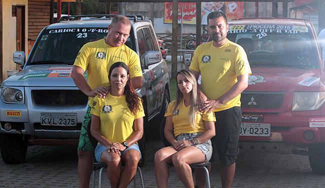Casais Flávio/Paula (E) e Camilo/Loraine reproduzem a marcante imagem do filme 'O Quatrilho' - Foto: Lúcio Távora l Ag. A TARDE