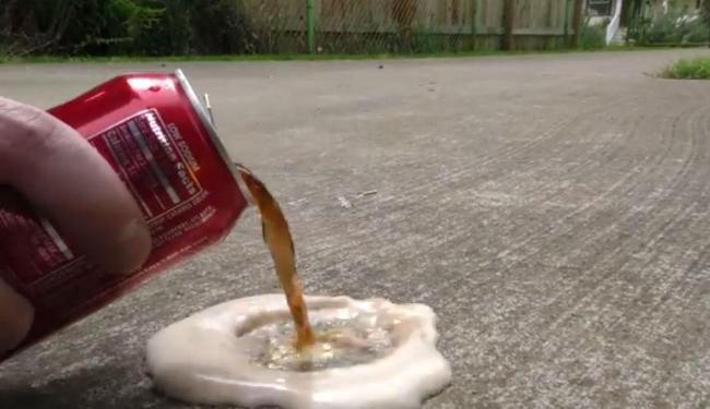 Bebida pode ser usada até para descolar chiclete de carptes - Foto: Reprodução