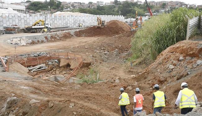 Equipes da Embasa e CCR trabalham reparar a adutora e normalizar o abastecimento de água - Foto: Fernando Amorim   Ag. A TARDE