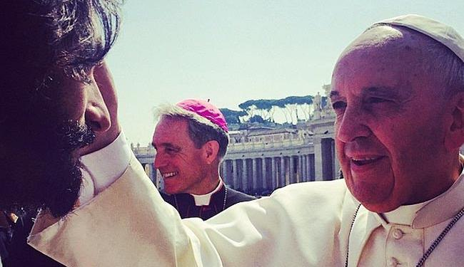 Rodrigo Santoro recebe bênção do Papa Francisco - Foto: Reprodução | Instagram @nazaninboniadi