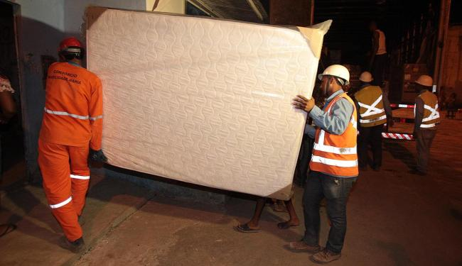 Funcionário da CCR conduz colchão novo para um dos prejudicados pelo acidente - Foto: Lúcio Távora | Ag. A TARDE