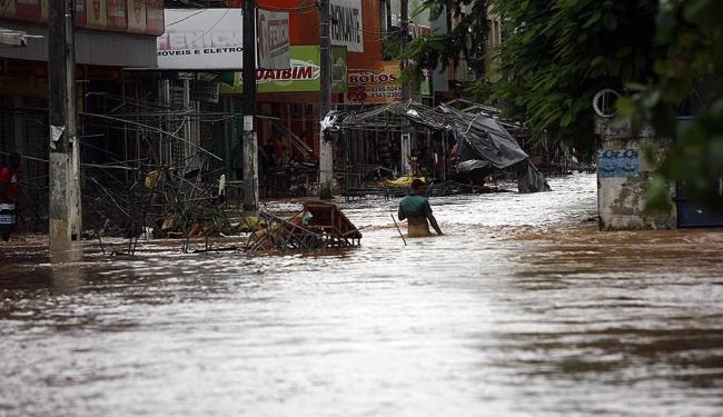 O Rio Subaé transbordou e deixou ruas e casas alagadas no município - Foto: Luiz Tito | Ag. A TARDE