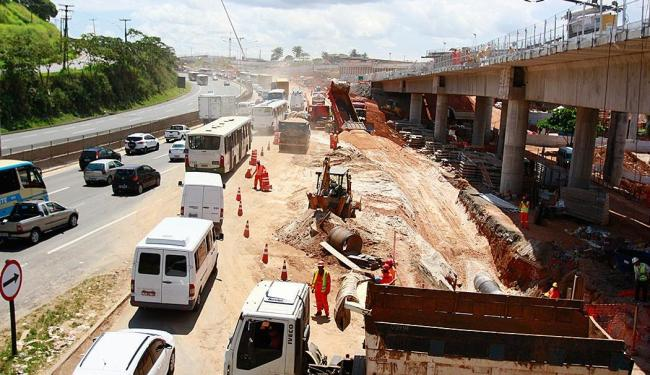 Trânsito segue complicado na região devido ao protesto - Foto: Edilson Lima | Ag. A TARDE