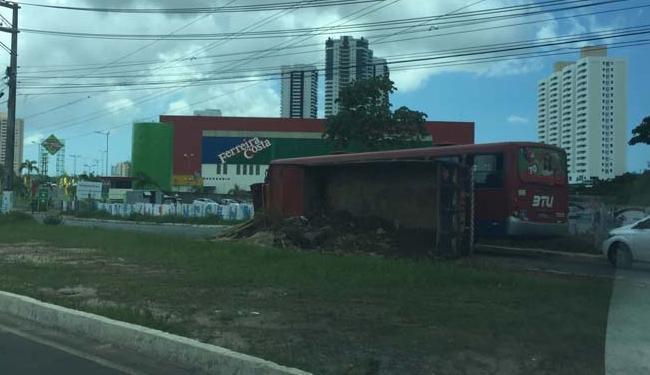 Caminhão trafegava pela via quando capotou em frente à loja - Foto: Foto do Leitor Murilo Rocha I Cidadão Repórter