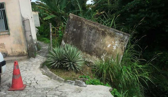 Deslizamento de terra derruba muro e danifica pavimento - Foto: Divulgação