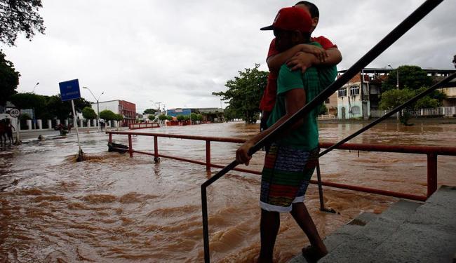 No município de Santo Amaro, a chuva intensa alagou ruas e desalojou famílias - Foto: Luiz Tito | Ag. A TARDE | 11.4.2015