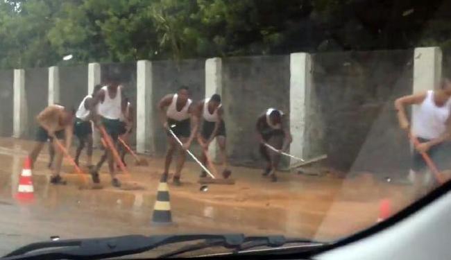 Soldados do Quartel de Amaralina tiram água da calçada - Foto: @julianawandega | Foto do Leitor
