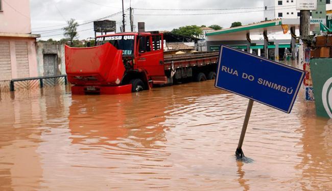 Água do rio alagou diversas ruas da cidade de Santo Amaro - Foto: Luiz Tito   Ag. A TARDE