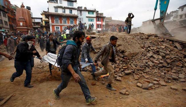 Número de mortos com o tremor deste sábado pode chegar a 1.900 pessoas - Foto: Niranjan Shrestha   AP Photo