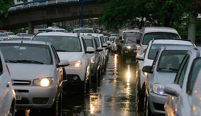 Chuva complica o fluxo de veículos em vias da cidade - Foto: Joá Souza   Ag. A TARDE