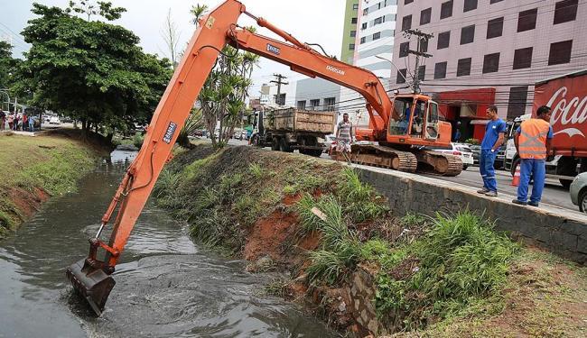 Uma máquina da prefeitura limpou canal na Av. ACM na sexta-feira - Foto: Joá Souza | Ag. A TARDE