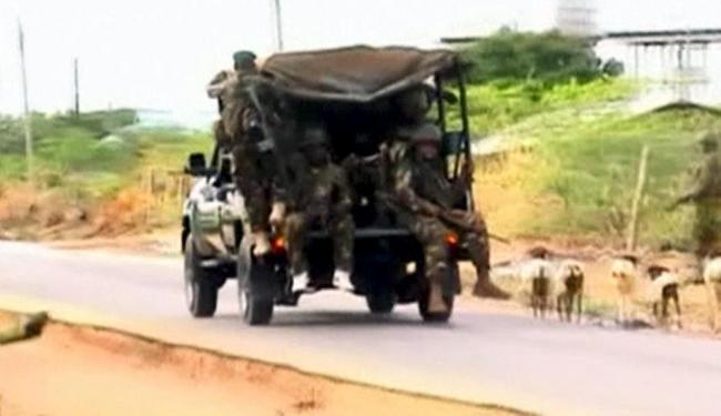 Homem do exército faz ronda próximo à universidade no nordeste do Quênia - Foto: Agência Reuters