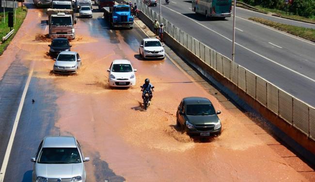 Motoristas e pedestres se arriscaram e tentaram enfrentar o alagamento - Foto: Edilson Lima | Ag. A TARDE