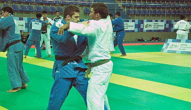 Victor Penalber (azul) treina no CPJ, em Lauro de Freitas - Foto: Lara Monsores | Ag. A TARDE