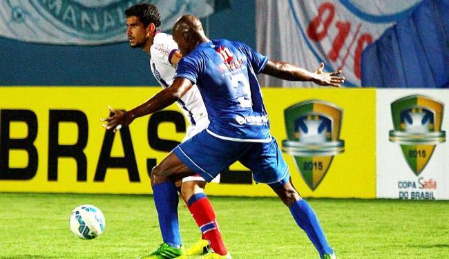 Zé Roberto (à esquerda), que chutou a bola na trave do Nacional, teve chance como titular ontem - Foto: Edmar Barros | Futura Press | Estadão Conteúdo