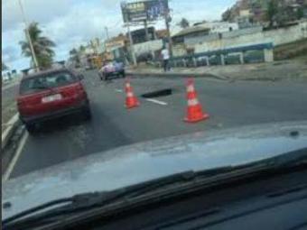 O buarco na avenida Otávio Mangabeira causa congestionamento sentido Pituba - Foto: Cidadão Repórter | Via Whatsapp