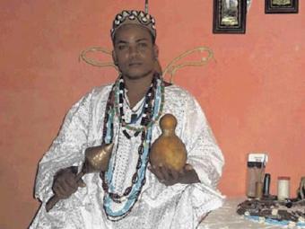 Pai Aroeira jogou os búzios e viu os caminhos de Bahia e Vitória na Série B - Foto: Reprodução