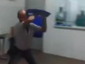 Professor e alunos usaram cadeira durante a briga - Foto: Reprodução | Youtube
