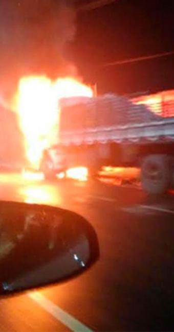 Caminhão foi incendiado em Águas de Meninos - Foto: Cidadão Repórter