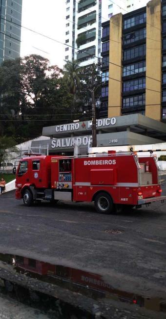 Carro do Corpo de Bombeiros, próximo ao prédio onde o ar condicionado pegou fogo - Foto: Juracy dos Anjos   Ag. A TARDE
