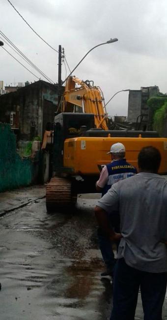 Demolição será concluída nesta sexta-feira com ajuda de máquinas - Foto: Jessica Sandes | Ag. A TARDE