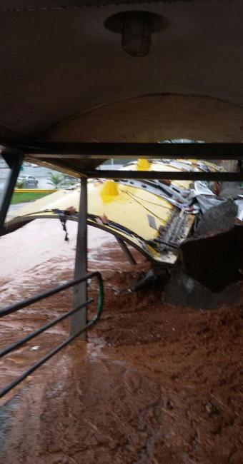 Cobertura de passarela desabou após queda de muro - Foto: Foto do Leitor   Ag. A TARDE