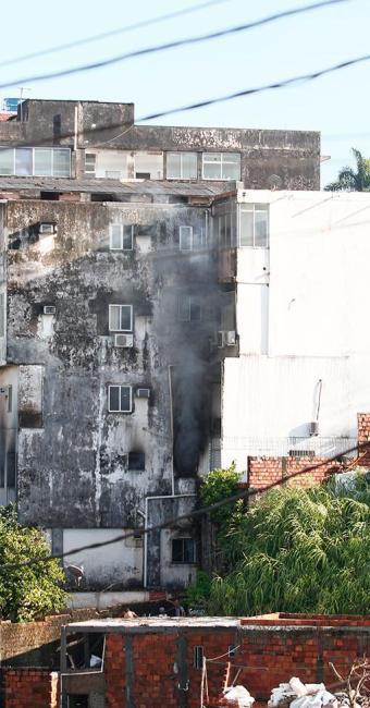 O fogo teria iniciado por volta das 3h desta quinta - Foto: Edilson Lima | Ag. A TARDE