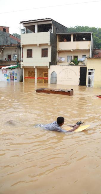 Homem utilizou prancha para se deslocar no alagamento - Foto: Joá Souza | Ag. A TARDE