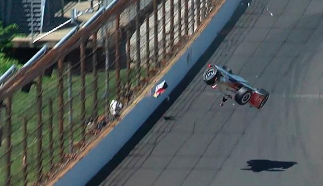 O piloto Helio Castroneves sofre acidente impressionante em Indianápolis - Foto: Reprodução