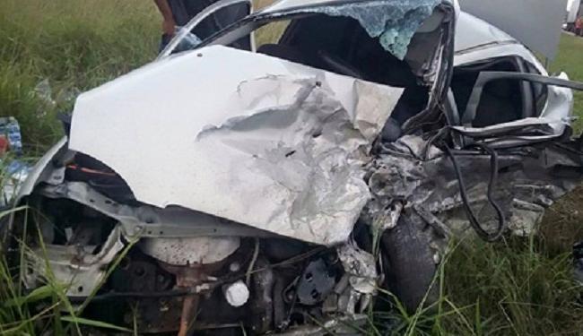 Com a colisão o Corsa foi arremessado para a área externa da rodovia - Foto: Reprodução | Blog do Rodrigo Ferraz