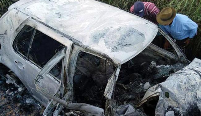 O Golf prata pegou fogo após bater contra um muro de concreto - Foto: Reprodução | Wilker Porto | Site Brumado Agora