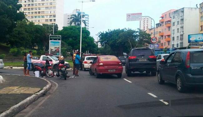 Motociclista ficou ferido após se chocar no fundo do carro da Transalvador - Foto: Lucas Bernardo   Trânsito Salvador   Via Whatsapp
