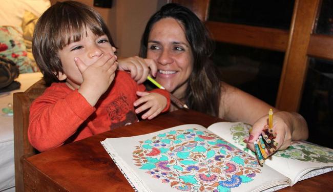 Livro ajudou Tatiana durante os 18 dias em que acompanhou o filho na UTI - Foto: Ricardo Fernandes   Divulgação
