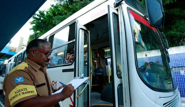 Agente da Transalvador monitora a operação na estação da Lapa - Foto: Margarida Neide | Ag. A TARDE