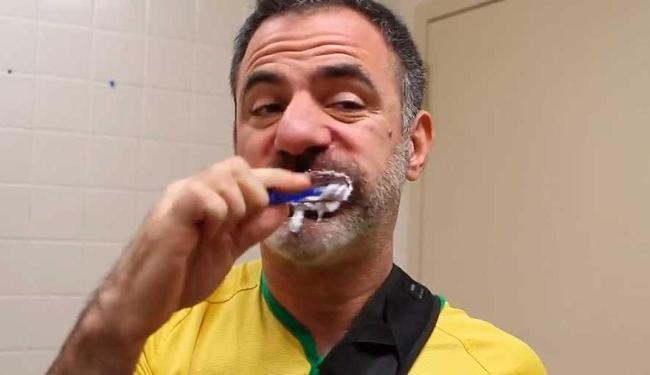 Brasileiro escova os dentes após as refeições; nova-iorquino, no máximo, um chiclete - Foto: Reprodução