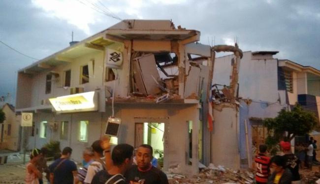 A agência e uma casa lado ficaram destruídas após bandidos atirarem - Foto: Reprodução   Maravilha Notícias